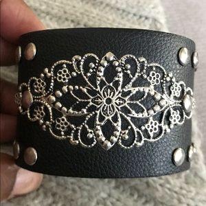 Blk leather & metal bracelet